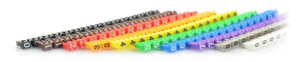 Značky s čísly od 0 do 9 v různých barvách.